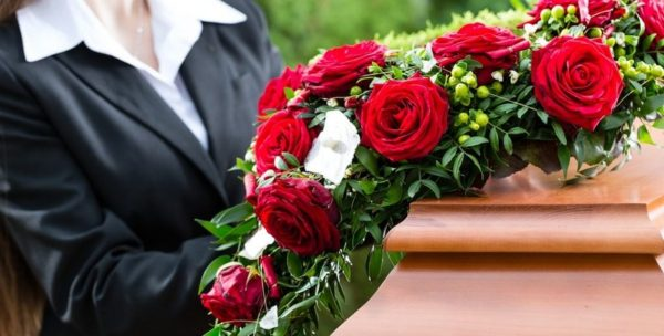 Descubra qual é o significado das coroas de flores em funerárias